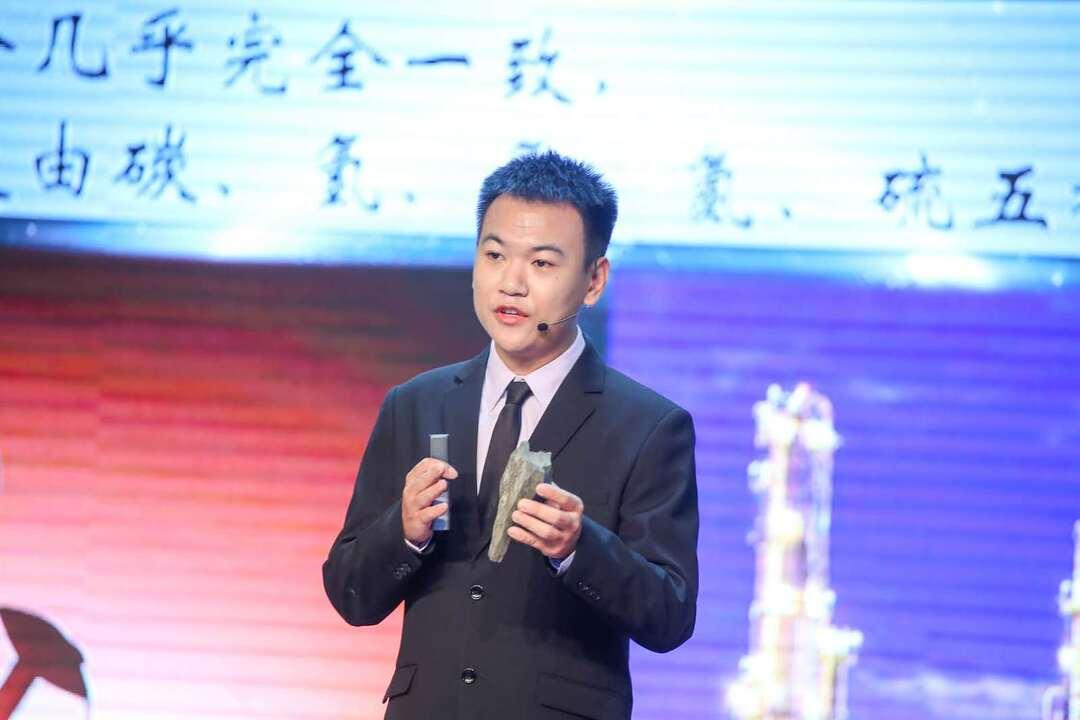 广州代表队选手梁天讲解如何在石头中提炼石油.jpg