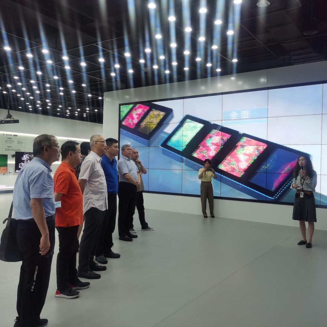 参观TCL华星光电自主创新展示中心.jpg