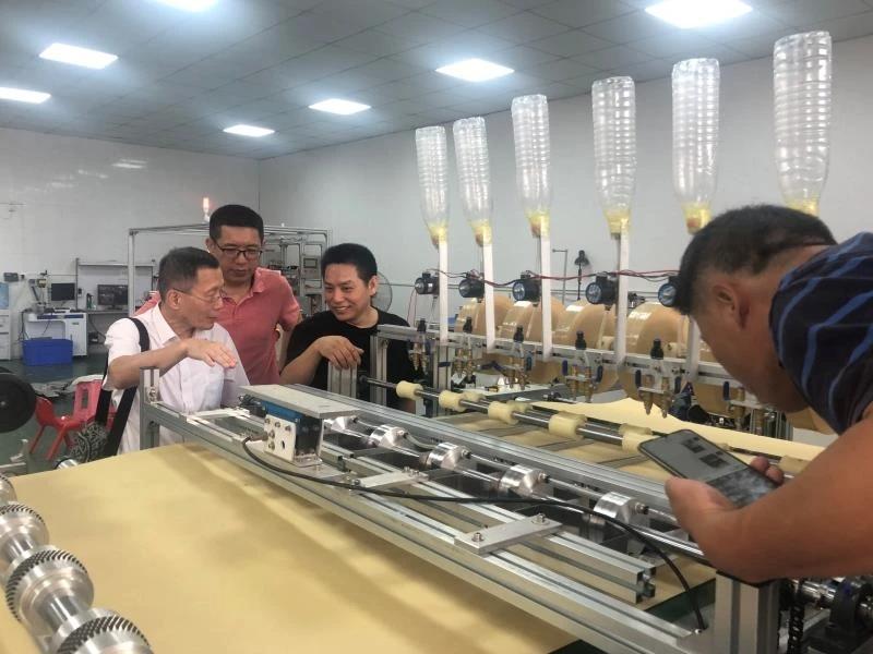 黎勉在工厂指导种膜制膜机调试.jpg