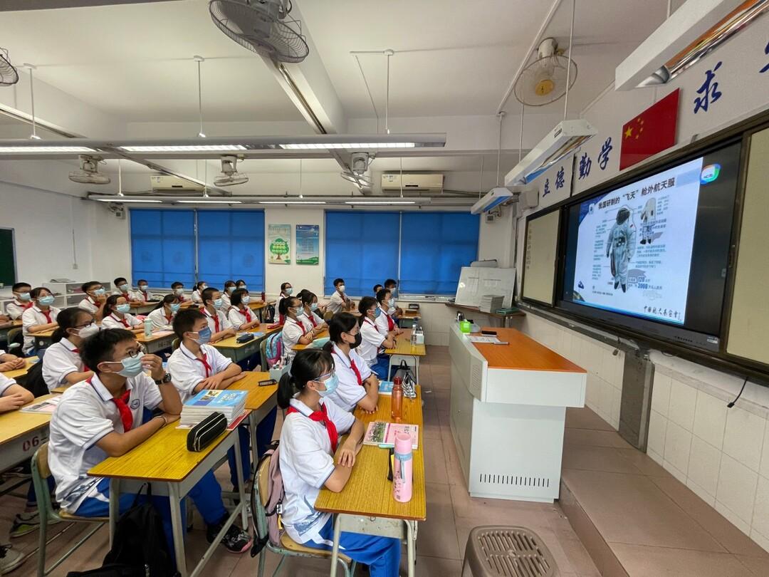 """学生通过网络观看""""开学思政第一课""""。.jpg"""