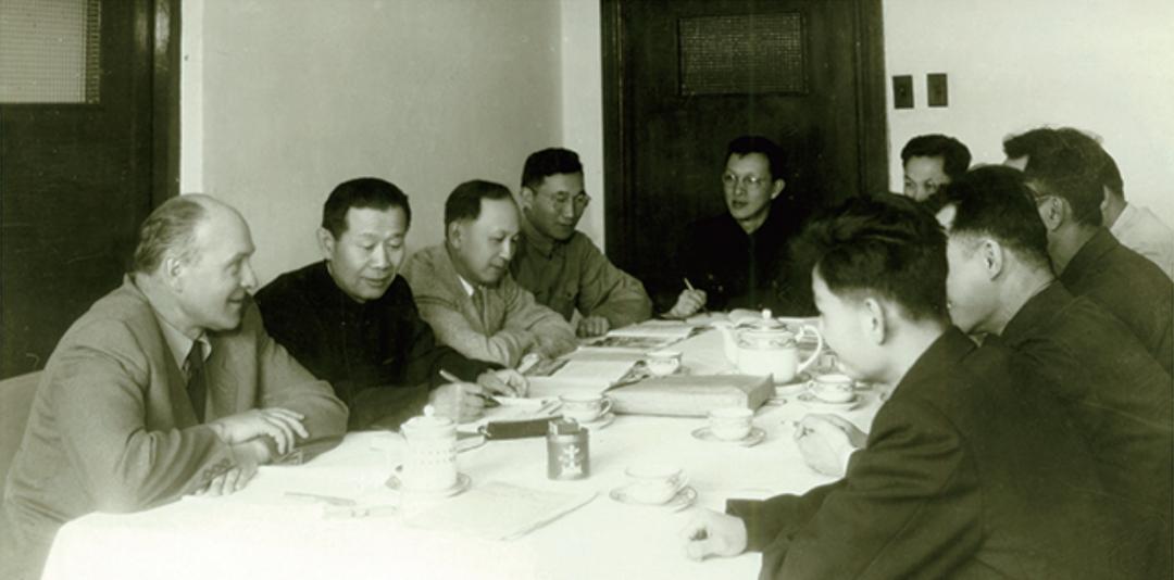 1956年5月,钱学森(左三)等参加《1956—1967年科学技术发展远景规划纲要》综合组会议。.jpg