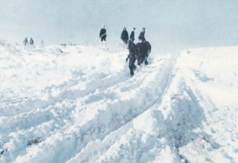 1961年,松辽石油地震勘探会战中,勘探队伍在-30摄氏度的冰天雪地里施工。.jpg